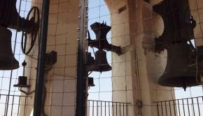 Colocación de una red en el campanario para evitar que las palomas accedan a él y lo deterioren. Junio de 2015.